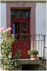 Sanierte Holzhaustür mit Fensterflügel